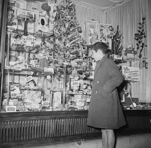 πιτσιρικάς μπροστά σε βιτρίνα Αθήνα 1960