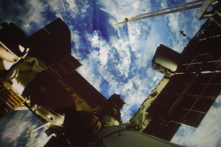 Το διαστημικό σκάφος Σογιούζ TMA-19 και στο βάθος η Γη