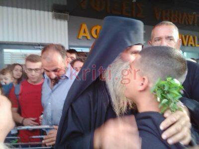 Κοσμοπλημμύρα στην υποδοχή του αποχωρήσαντος Ηγουμένου Απόστολου στο Ηράκλειο
