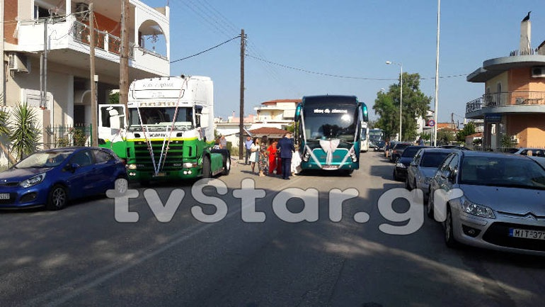 Πρωτότυπος γάμος με λεωφορείο του ΚΤΕΛ στην εκκλησία της Ροδωνιάς