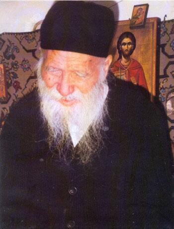 Ο όσιος Γέρων Πορφύριος, κατά κόσμον Ευάγγελος Μπαϊρακτάρης, γεννήθηκε στις 7 Φεβρουαρίου 1906 μ.Χ., στην Εύβοια, στο χωριό Άγιος Ιωάννης της επαρχίας Καρυστίας. Οι γονείς του, Λεωνίδας Μπαϊρακτάρης και Ελένη, το γένος Αντωνίου Λάμπρου, ήταν ευσεβείς και φιλόθεοι άνθρωποι. Ο πατέρας του, μάλιστα, ήταν ψάλτης στο χωριό και είχε γνωρίσει προσωπικά τον Άγιο Νεκτάριο. Η οικογένειά του ήταν πολυμελής και οι γονείς, φτωχοί γεωργοί, δυσκολεύονταν να τη συντηρήσουν. Γι' αυτό ο πατέρας υποχρεώθηκε να φύγει στην Αμερική, όπου δούλεψε στην κατασκευή της διώρυγας του Παναμά. Ο μικρός Ευάγγελος ήταν το τέταρτο παιδί της οικογένειας. Φύλαγε πρόβατα στο βουνό και είχε παρακολουθήσει μόνο την πρώτη τάξη του δημοτικού, όταν αναγκάστηκε και αυτός λόγω της μεγάλης φτώχειας να πάει στη Χαλκίδα για να δουλέψει. Ήταν μόλις επτά χρονών. Εργάστηκε δύο τρία χρόνια σ ἕνα κατάστημα. Μετά πήγε στον Πειραιά, όπου δούλεψε δύο χρόνια στο παντοπωλείο ενός συγγενούς. Στα δώδεκά του χρόνια έφυγε κρυφά για το Άγιον Όρος, με τον πόθο να μιμηθεί τον Άγιο Ιωάννη τον Καλυβίτη, τον οποίο είχε ιδιαίτερα αγαπήσει, όταν παλαιότερα είχε διαβάσει το βίο του. Η χάρις του Θεού τον οδήγησε στην καλύβη του Αγίου Γεωργίου Καυσοκαλυβίων και στην υποταγή δύο Γερόντων, του Παντελεήμονος, ο οποίος ήταν και πνευματικός, και του Ιωαννικίου, αδελφών κατά σάρκα. Αφοσιώθηκε στους δύο Γέροντες, που κατά κοινή ομολογία ήταν ιδιαίτερα αυστηροί, με μεγάλη αγάπη και με πνεύμα απόλυτης υπακοής. Έγινε μοναχός σε ηλικία δεκατεσσάρων ετών και πήρε το όνομα Νικήτας. Μετά από δύο χρόνια έγινε μεγαλόσχημος. Λίγο αργότερα ο Θεός του δώρισε το διορατικό χάρισμα. Στα δεκαεννέα του χρόνια ο Γέροντας αρρώστησε πολύ σοβαρά, γεγονός που τον ανάγκασε να εγκαταλείψει οριστικά το Άγιον Όρος. Επέστρεψε τότε στην Εύβοια, όπου εγκαταβίωσε στη Μονή του Αγίου Χαραλάμπους Λευκών. Ένα χρόνο αργότερα, το έτος 1926 μ.Χ., σε ηλικία είκοσι ετών, χειροτονήθηκε ιερέας στον Άγιο Χαράλαμπο Κύμης από τον Πορφύριο Γ' , Αρχιεπίσκοπο Σινά, ο οποίος του έδωσε το όν