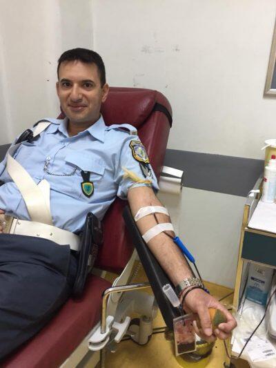 Αστυνομικός δίνει αίμα και γίνεται λαμπρό παράδειγμα