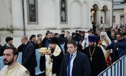 Ιερό Λείψανο του Αγίου Εφραίμ του Σαρώφ από Πατριάρχη Κύριλλο σε Ρουμανική Εκκλησία