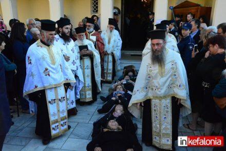 Κεφαλονιά: Πιστοί ξάπλωσαν για να περάσει από πάνω τους το σκήνωμα ...