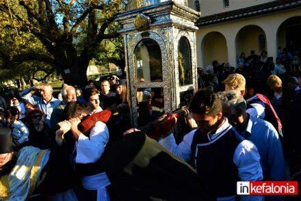 Κεφαλονιά: Πιστοί ξάπλωσαν για να περάσει από πάνω τους το σκήνωμα του Αγίου Γερασίμου