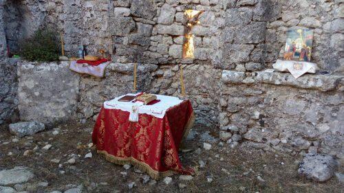 Θεία Λειτουργία στο ερειπωμένο εξωκλήσι Παναγίας Ευαγγελίστριας-συγκλονιστικές εικόνες