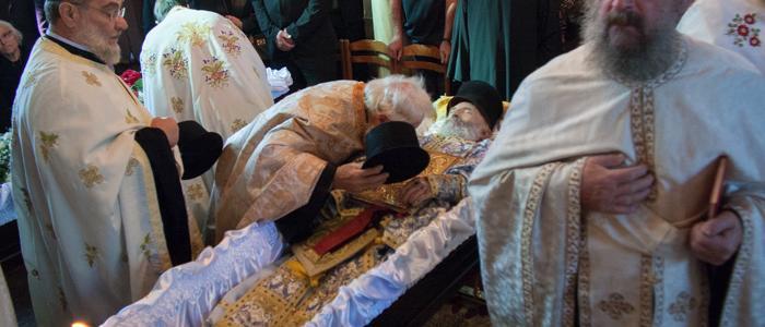 «Ράγισαν» και οι πέτρες στην κηδεία της Ιερατικής Οικογένειας-συγκλονιστικές εικόνες