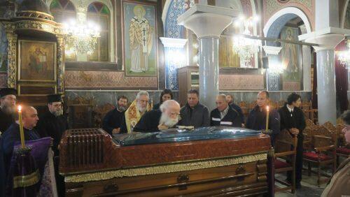 Το τελευταίο αντίο στον Μάνης Χρυσόστομο-συγκινημένοι Ιεράρχες και πιστοί ασπάζονται το σκήνωμά του
