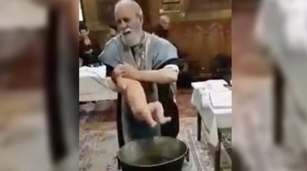 Οργή για τον Ιερέα που κακοποιεί μωρό για να το βαφτίσει