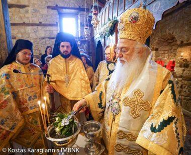 Πλήθος πιστών στο βυζαντινό παρεκκλήσι του Αγίου Παταπίου στη Βέροια
