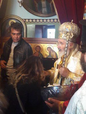 Μπροστά στην Λάρνακα του Αγίου Σάββα που ο ίδιος έφτιαξε μοίρασε αντίδωρο ο Μητροπολίτης