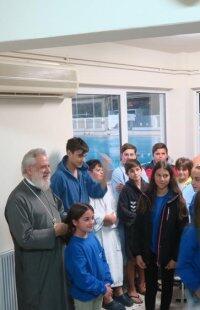 Τους μικρούς αθλητές της υδατοσφαίρισης ευλόγησε ο Μητροπολίτης Σύρου Δωρόθεος