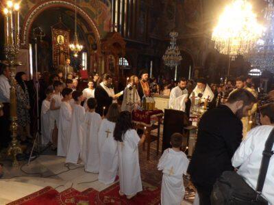 Ο Κορίνθου Διονύσιος βάπτισε 20 παιδιά προσφύγων και μεταναστών