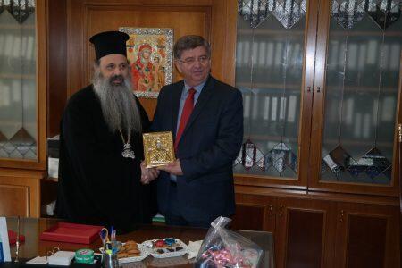 Συμβολικό δώρο από τη Μονή που υπηρέτησε προσέφερε ο Μετεώρων Θεόκλητος στο Δήμαρχο Καλαμπάκας