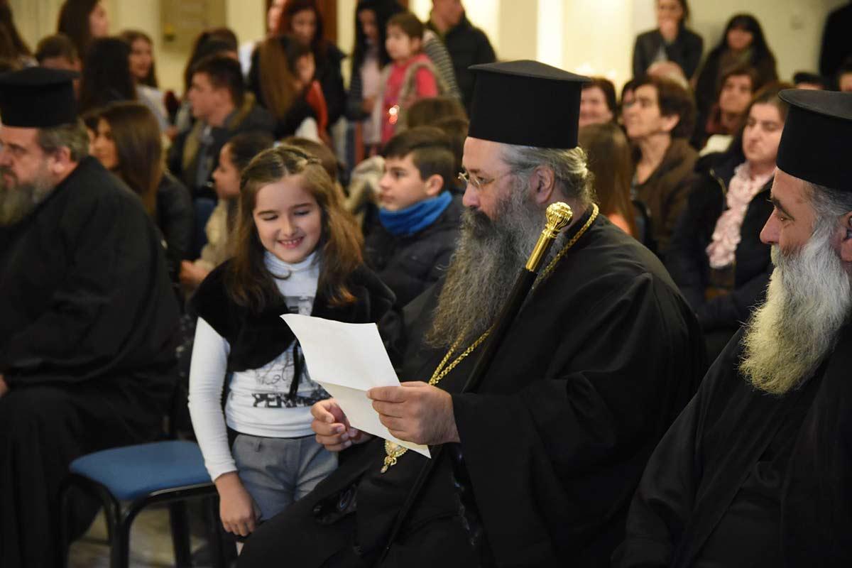 παιδιά Κατηχητικών Ιεράς Μητροπόλεως Κίτρους Γιόρτασαν σε Μεθεόρτιο Χριστουγεννιάτικο Πνεύμα