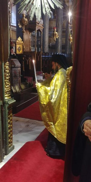 Σήμερα, Τετάρτη 10 Ιανουαρίου 2018, στον Πατριαρχικό Ναό του Αγίου Γεωργίου στο Φανάρι, ο Οικουμενικός Πατριάρχης Βαρθολομαίος, παρουσία των Συνοδικών Αρχιερέων, τέλεσε Τρισάγιο υπέρ αναπαύσεως της ψυχής του κοιμηθέντος Μητροπολίτου Σύμης Χρυσοστόμου.  Εν συνεχεία πραγματοποιήθηκε η τελετή του Μεγάλου Μηνύματος από τον Μητροπολίτη Βρυούλων Παντελεήμονα και τον Εψηφισμένο Επίσκοπο Αραβισσού Κασσιανού, των οποίων η εκλογή έγινε χθες από την Αγία και Ιερά Σύνοδο του Οικουμενικού Πατριαρχείου, που συνέρχεται αυτές τις μέρες στο Φανάρι.