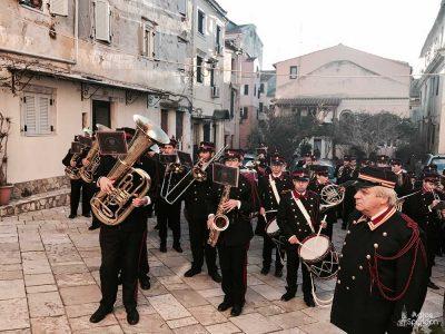 Κέρκυρα: Συγκινημένοι οι πιστοί προσκυνούν τα Λείψανα του Αγίου Αρσενίου