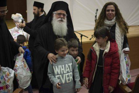 Ο Δημητριάδος Ιγνάτιος με τα παιδιά των ιερέων και Ιεροψαλτών