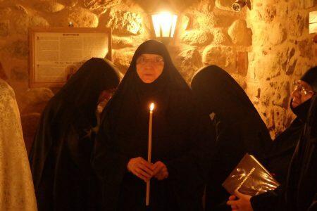 Η Αγία Φιλοθέη γεννήθηκε το έτος 1522 μ.Χ. στην τουρκοκρατούμενη τότε Αθήνα. Οι ευσεβείς γονείς της ονομάζονταν Άγγελος και Συρίγα Μπενιζέλου. Η μητέρα της ήταν στείρα και απέκτησε την Αγία μετά από θερμή και συνεχή προσευχή. Ο Κύριος που ικανοποιεί το θέλημα εκείνων που Τον σέβονται και Τον αγαπούν, άκουσε την δέησή της. Και πράγματι, μια ημέρα η Συρίγα μπήκε κατά την συνήθειά της στο ναό της Θεοτόκου για να προσευχηθεί και από τον κόπο της έντονης και επίμονης προσευχής την πήρε για λίγο ο ύπνος. Τότε ακριβώς είδε ένα θαυμαστό όραμα. Ένα φως ισχυρό και λαμπρό βγήκε από την εικόνα της Θεομήτορος και εισήλθε στην κοιλιά της. Έτσι ξύπνησε αμέσως και έκρινε ότι το όραμα αυτό σήμαινε στην ικανοποίηση του αιτήματός της. Έτσι κι έγινε. Ύστερα από λίγο καιρό η Συρίγα έμεινε έγκυος και έφερε στον κόσμο τη μονάκριβη θυγατέρα της. Μαζί με την Χριστιανική ανατροφή, έδωσαν στην μοναχοκόρη τους και κάθε δυνατή, για την εποχή εκείνη, μόρφωση. Έτσι η Ρηγούλα (ή Ρεβούλα, δηλαδή Παρασκευούλα), αυτό ήταν το όνομά της προτού γίνει μοναχή, όσο αύξανε κατά την σωματική ηλικία, τόσο προέκοπτε και κατά την ψυχή, όπως λέει το συναξάρι της. Σε ηλικία 14 χρονών, οι γονείς της την πάντρεψαν, παρά την θέλησή της, με έναν από τους άρχοντες της Αθήνας. Αργότερα, αφού πέθαναν οι γονείς και ο σύζυγός της, ήρθε η ώρα να πραγματοποιήσει ένα μεγάλο πόθο της. Αφιερώνεται εξ ολοκλήρου στον Χριστό, γίνεται μοναχή και παίρνει το όνομα Φιλοθέη. Κατ' αρχήν, ύστερα από εντολή του Αγίου Ανδρέα του Πρωτόκλητου, τον οποίο είδε σε όραμα, οικοδόμησε ένα γυναικείο μοναστήρι με αρκετά κελιά, στο οποίο και έδωσε το όνομα του Αγίου για να τον τιμήσει. Στο μοναστήρι πρόσθεσε και άλλα αναγκαία οικοδομήματα και εκτάσεις και το προικοδότησε με μετόχια και υποστατικά, που υπερεπαρκούσαν για τη διατροφή και συντήρηση των μοναζουσών. Το μοναστήρι αυτό του Αγίου Ανδρέα σωζόταν στην Αθήνα, με τη Χάρη του Θεού, επί πολλά έτη μετά την κοίμηση της Αγίας και ήταν πλουτισμένο, όχι μόνο με υποστατικά και διάφορα μετόχια, αλλά και