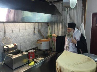 Ο Παροναξίας Καλλίνικος τέλεσε τον Αγιασμό της επαναλειτουργίας των Γευμάτων Αγάπης