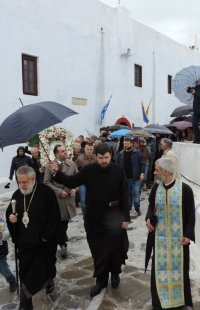 Μύκονος: Υπό καταρρακτώδη βροχή συνόδευσαν την Παναγία Τουρλιανή