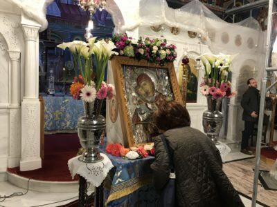 Δ΄ Χαιρετισμοί-Αγία Ματρώνα: Κοσμοσυρροή για τη θαυματουργή εικόνα της Παναγίας «Φοβερά Προστασία»