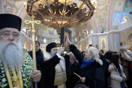 Πάτρα: Χιλιάδες πιστοί αποχαιρέτησαν σήμερα το Τίμιο Ξύλο