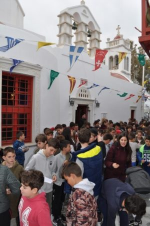 300 μαθητές από τη Μύκονο προσκύνησαν την Ιερά Εικόνα της Παναγίας της Τουρλιανής