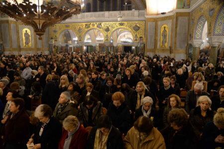 Πάτρα: Χιλιάδες πιστοί υποδέχθηκαν το Τίμιο Ξύλο από τα Ιεροσόλυμα