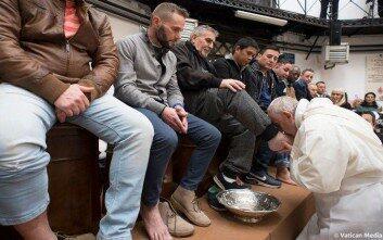 Ο Πάπας Φραγκίσκος έπλυνε τα πόδια κρατουμένων σε φυλακή