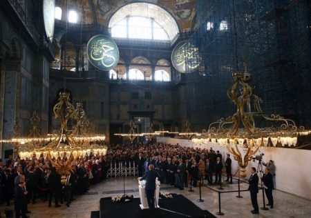Ο Ερντογάν χαιρετά μουσουλμανικά και υβρίζει μέσα στην Αγια Σοφιά