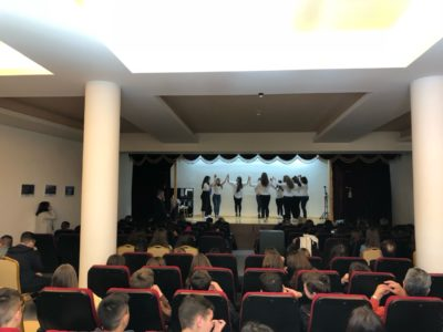 25η Μαρτίου: Ο Θηβών Γεώργιος παρευρέθηκε στην εκδήλωση του Γυμνασίου Οινοφύτων