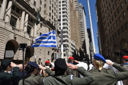 Οι Εύζωνες στην έπαρση της ελληνικής σημαίας στο Bowling Green του Μανχάταν