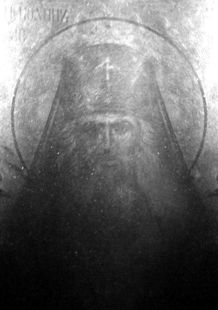 Θαύμα: Πλήρως χαραγμένη η στο γυαλί η μορφή του Αγίου Ιωάννου Μαξίμοβιτς
