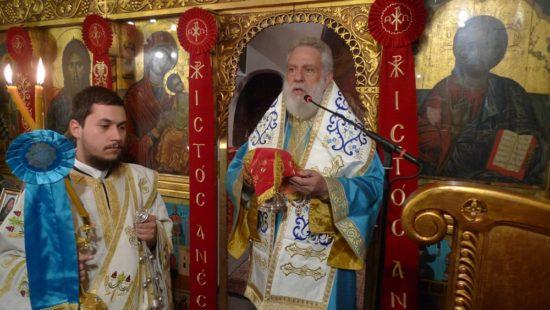 Τήνος: Συγκινημένος ο Σύρου Δωρόθεος στο πλευρό Ιερέα και Πρεσβυτέρας για τον θάνατο του παιδιού τους