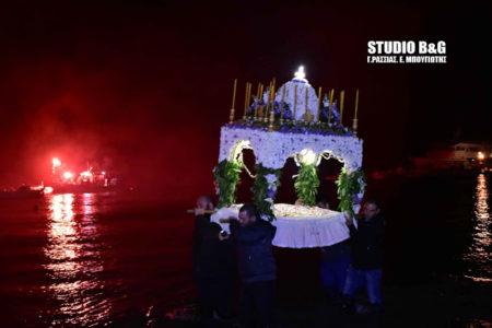 Περιφορά του Επιταφίου μέσα στη θάλασσα στην Αργολίδα-Υπέροχες εικόνες