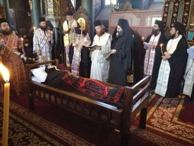 Θλίψη στο τελευταίο αντίο στη Γερόντισσα Φοίβη-4 Αρχιερείς στην Εξόδιο Ακολουθία