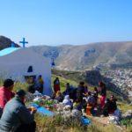 Ανεβαίνουν βουνά με τα πόδια οι πιστοί στην Κάλυμνο για τη Θεία Λειτουργία