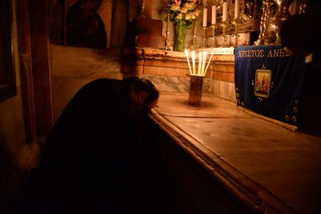 Ὁ Σεβασμιώτατος Μητροπολίτης Πατρῶν κ. Χρυσόστομος μαζί μέ τούς προσκυνητές συναντήθηκαν μέ τόν Μακαριώτατο Πατριάρχη Ἱεροσολύμων κ.κ. Θεόφιλο, ἀπό τόν ὁποῖο ἄκουσαν λόγους πνευματικούς, περί τῆς Ἐκκλησίας τῶν Ἱεροσολύμων, τοῦ Παναγίου Τάφου, τῶν Ἁγίων Παθῶν καί τῆς Ἀναστάσεως τοῦ Κυρίου, ἀλλά καί περί τῶν ἀγώνων τῶν Ἁγιοταφιτῶν πατέρων στούς Ἁγίους Τόπους, ὅπου φυλλάσουν μέ αὐταπάρνηση τήν ἱερά παρακαταθήκη τῆς Ἁγίας Ὀρθοδόξου ἡμῶν Πίστεως, ἀλλά καί τῶν δικαίων τοῦ Ἑλληνικοῦ Ἔθνους. Ὁ Σεβασμιώτατος προσφωνώντας τόν Μακαριώτατο Πατριάρχη, ἐξέφρασε τήν βαθειά συγκίνηση, τήν χαρά καί τήν ἀγαλλίαση γιά τό προσκύνημα στούς Ἁγίους Τόπους καί τήν συνάντηση μέ τόν Μακαριώτατο γιά πολλαστή φορά κατά τήν δωρέα καί τήν οἰκονομία τοῦ Κυρίου. Ἐπίσης ἐξέφρασε εὐγνώμονες εὐχαριστίες πρός τόν Μακαριώτατο Πατριάρχη Ἱεροσολύμων, ὁ ὁποῖος ἔδωσε τήν ἄδεια καί τήν εὐλογία νά μεταφερθῆ στήν Πάτρα τό τμῆμα τοῦ Τιμίου Σταυροῦ, τό ὁποῖο φυλλάσεται στόν Ναό τῆς Ἀναστάσεως καί τό ὁποῖο προσεκύνησαν χιλιάδες ὀρθοδόξων χριστιανῶν ὄχι μόνο ἀπό τήν Πατρά, ἀλλά καί ἀπό ὅλη τήν Ἑλλάδα. Ἐπίσης εὐχαρίστησε καί γιά τήν εὐλογία προκειμένου νά μεταδοθῆ ζωντανά ἀπό τόν Τηλεοπτικό Σταθμός «ΛΥΧΝΟΣ» της Ἱερᾶς Μητροπόλεως Πατρῶν, ἡ τελετή τῆς ἀφῆς τοῦ Παναγίου Φωτός. Τέλος ὁ Μακαριώτατος προσέφερε σέ ὅλους εὐλογίες εἰς ἀνάμνησιν τοῦ προσκυνήματός τους στήν Ἁγία Γή. Μετά τήν συνάντηση με τον Μακαριώτατο ἔγινε προσκύνημα στόν Πανάγιο Τάφο καί στά ἄλλα προσκυνήματα ἐντός τοῦ πανιέρου Ναοῦ τῆς Ἀναστάσεως καί τῆς παλαιᾶς πόλεως τῶν Ἱεροσολύμων.