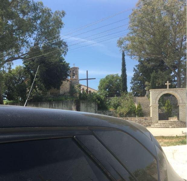Αλβανοί πέταξαν στα σκουπίδια την ελληνική σημαία από την εκκλησία της Κρανιάς στη Φοινίκη