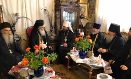 Στη Θεία Λειτουργία, της οποίας προέστη στον Ιερό Ναό Αγίας Φωτεινής της Σαμαρείτιδος στο Φρέαρ του Ιακώβ στο Νάμπλους  (αρχαία Σιχέμ) την Κυριακή της Σαμαρείτιδος, στις 6 Μαΐου 2018,  ο Μακαριώτατος Πατριάρχης της Αγίας Πόλεως Ιερουσαλήμ και πάσης Παλαιστίνης κ.κ. Θεόφιλος Γ', συμμετείχε ο Μητροπολίτης Βολοκολάμσκ Ιλαρίωνας, ο Πρόεδρος του Τμήματος Εξωτερικών Εκκλησιαστικών Σχέσεων του Πατριαρχείου Μόσχας, ο οποίος πραγματοποίησε την επίσκεψη εργασίας στους Αγίους Τόπους, κατόπιν ευλογίας του Αγιωτάτου Πατριάρχου Μόσχας και Πασών των Ρωσσιών κ.κ. Κυρίλλου. Επίσης συλλειτούργησαν ο  Μητροπολίτης Ναζαρέτ κ. Κυριάκος και ο Αρχιεπίσκοπος Κωνσταντίνης κ. Αρίσταρχος, ο Πρωθιερέας Νικόλαος Μπαλασώφ, ο Αναπληρωτής Πρόεδρος του ΤΕΕΣ, ο Αρχιμανδρίτης Αλέξανδρος Αίλισοφ, ο Αρχηγός της Ρωσικής Εκκλησιαστικής Αποστολής στην Ιερουσαλήμ, και ο Αναπληρωτής του Ιερομόναχος Δομετιανός Μαρκαριάν. Μετά το πέρας της Θείας Μυσταγωγίας οι εκπρόσωποι του Πατριαρχείου Μόσχας προσεκλήθησαν στο γεύμα και κατόπιν τούτου πραγματοποίηθηκε η συνομιλία μεταξύ του Προέδρου του ΤΕΕΣ και του Προκαθημένου της Ορθοδόξου Εκκλησίας Ιεροσολύμων.  Επίσης παρέστησαν ο Αρχιεπίσκοπος Κωνσταντίνης Αρίσταρχος, ο Πρωθιερέας Νικόλαος Μπαλασώφ και ο Αρχιμανδρίτης Αλέξανδρος Αίλισοφ.