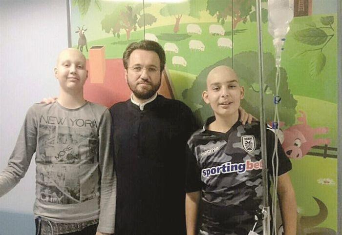 Ένας Ιερέας στο πλευρό παιδιών με καρκίνο