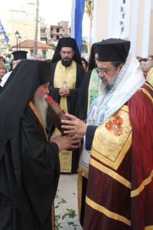 Πλήθος πιστών στην Καλαμάτα γα τη υποδοχή τμήματος του Τιμίου Ξύλου