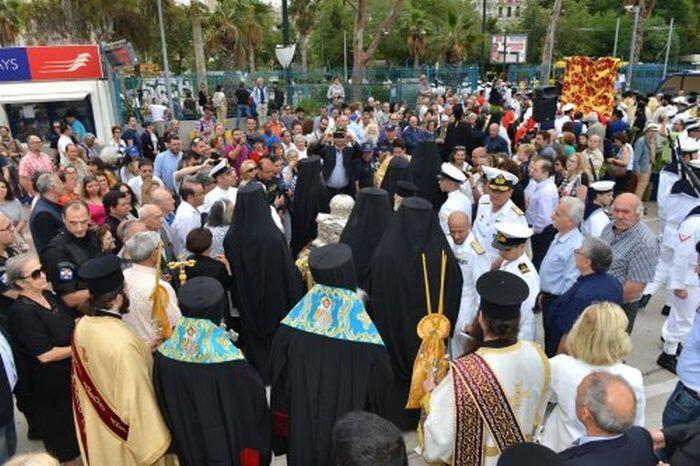 Πλήθος πιστών στον Πειραιά για την Τίμια Κάρα του Αγίου Ανδρέα