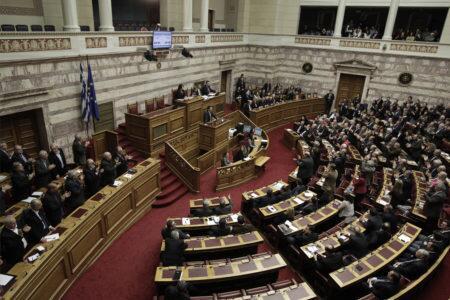 Ημέρα ντροπής για τη Βουλή - Υπερψηφίστηκε το ν/σ για την υιοθεσία-αναδοχή από ομόφυλα ζευγάρια