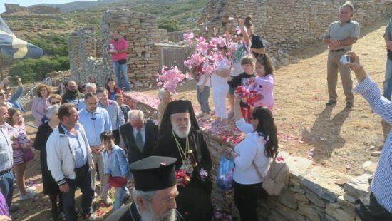 Μακρόνησος: Εκατοντάδες προσκυνητές συνέψαλαν με τον Σύρου Δωρόθεο το Χριστός Ανέστη
