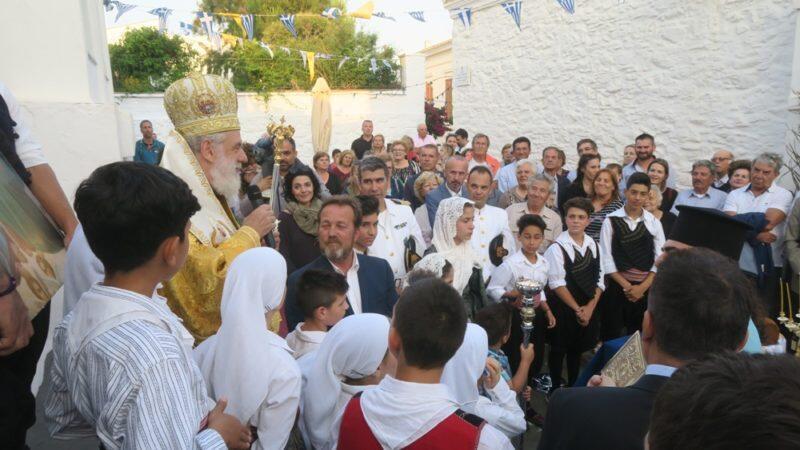 Αγία Τριάδα: Κοσμοπλημμύρα στην Κύθνο κατά τον Εσπερινό στον πανηγυρίζοντα Ναό της Παναγίας Τριάδος