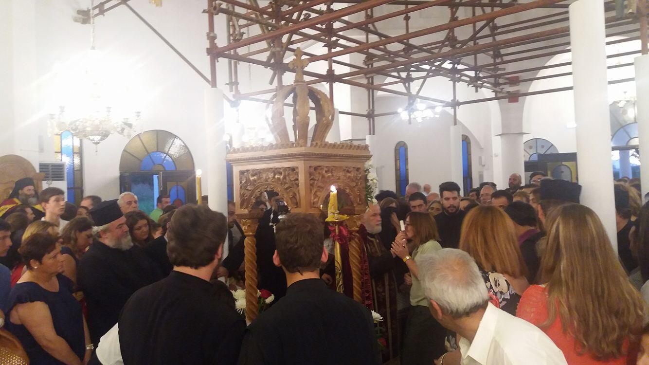 Λουτρά Λαγκαδά - Τώρα: Με δάκρυα στα μάτια αποχωρούν οι πιστοί που προσκύνησαν τον θαυματουργό Τίμιο Σταυρό