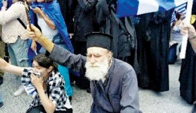 ΜΑΚΕΔΟΝΙΑ: Συγκλόνισε ο πολύτεκνος ιερέας Γιώργος Λαγουδάκης με τον σταυρό ανάμεσα στα χημικά