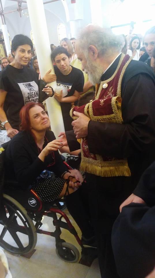 Τώρα: Γυναίκα σηκώνεται με θαυμαστό τρόπο από αναπηρικό αμαξίδιο - Ουρές χιλιομέτρων για τον θαυματουργό Τίμιο Σταυρό